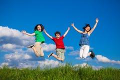 Madre con il salto dei bambini Immagini Stock Libere da Diritti