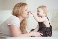 Madre con il suo bambino Fotografie Stock Libere da Diritti