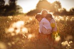 Madre con il suoi figlio e figlia sulle mani un giacimento di grano Immagine Stock Libera da Diritti