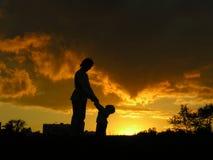 Madre con il tramonto del bambino Fotografie Stock Libere da Diritti