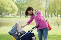 Madre con il trasporto Immagini Stock