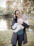 Madre con l'alta chiave del bambino Fotografia Stock Libera da Diritti