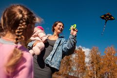 Madre con l'aquilone fotografia stock libera da diritti