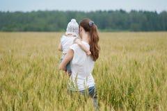 Madre con la caminata de la hija Fotografía de archivo