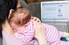 Madre con la computadora portátil y bebé Fotografía de archivo libre de regalías