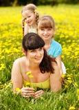 Madre con la figlia in all'aperto. Immagini Stock
