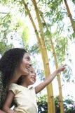 Madre con la figlia che indica nel parco Immagini Stock Libere da Diritti