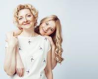 Madre con la figlia che posa insieme sorridere felice isolato su fondo bianco con copyspace, concetto della gente di stile di vit immagini stock libere da diritti