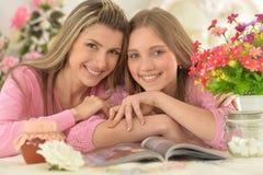 Madre con la figlia con la rivista Immagine Stock Libera da Diritti