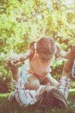 Madre con la figlia esterna Fotografia Stock Libera da Diritti