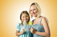 Madre con la figlia isolata su bianco Fotografia Stock