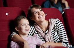 Madre con la figlia nel film Immagine Stock
