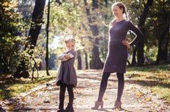 Madre con la figlia nel parco di autunno Fotografia Stock