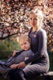 Madre con la figlia nel parco di autunno Immagini Stock