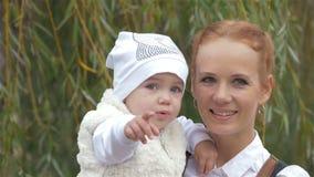 Madre con la figlia nella sosta La mamma la bacia archivi video