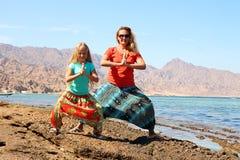 Madre con la figlia sulla spiaggia Fotografie Stock