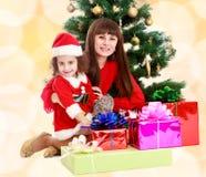 Madre con la figlia vicino all'albero di Natale Fotografie Stock