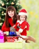 Madre con la figlia vicino all'albero di Natale Fotografia Stock