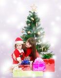 Madre con la figlia vicino all'albero di Natale Fotografia Stock Libera da Diritti