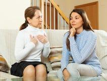 Madre con la hija adolescente que tiene conversación Foto de archivo