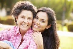 Madre con la hija adulta en parque junto Fotos de archivo libres de regalías