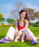 Madre con la hija al aire libre Imagenes de archivo