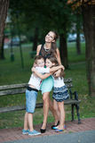 Madre con la hija del ADN del hijo en un paseo en parque Foto de archivo