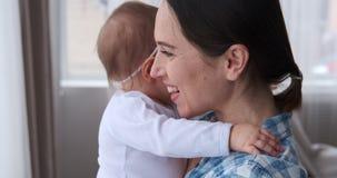 Madre con la hija del bebé en casa metrajes