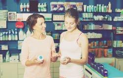 Madre con la hija en farmacia Fotografía de archivo