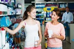 Madre con la hija en farmacia Imagenes de archivo