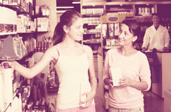 Madre con la hija en farmacia Imágenes de archivo libres de regalías