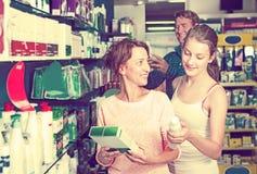 Madre con la hija en farmacia Fotografía de archivo libre de regalías