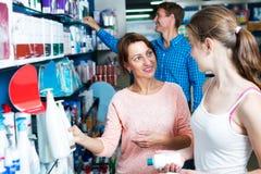 Madre con la hija en farmacia Foto de archivo