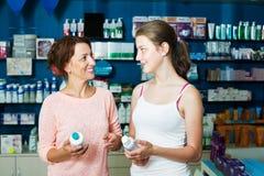 Madre con la hija en farmacia Foto de archivo libre de regalías