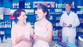 Madre con la hija en farmacia Fotos de archivo libres de regalías