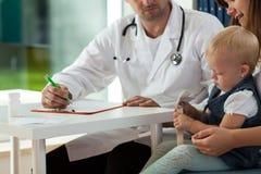 Madre con la hija en la cita médica Fotografía de archivo