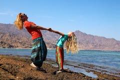 Madre con la hija en la playa Imagen de archivo
