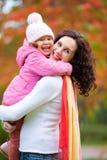 Madre con la hija en otoño Imagenes de archivo