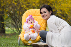 Madre con la hija en parque imagen de archivo libre de regalías