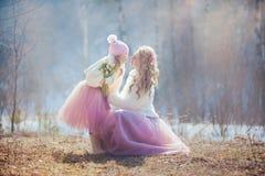 Madre con la hija en parque de la primavera Fotos de archivo
