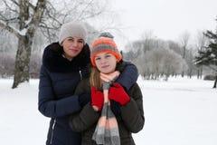 madre con la hija en parque del invierno Fotografía de archivo libre de regalías