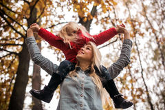 Madre con la hija en parque del otoño Fotografía de archivo libre de regalías