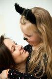 Madre con la hija en traje del gatito Imágenes de archivo libres de regalías