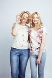 Madre con la hija junta que plantea la sonrisa feliz aislada en el fondo blanco con el copyspace, concepto de la gente de la form Imagen de archivo libre de regalías