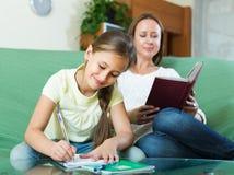 Madre con la hija que hace la preparación Imágenes de archivo libres de regalías