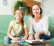 Madre con la hija que hace la preparación Fotografía de archivo