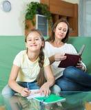 Madre con la hija que hace la preparación Foto de archivo libre de regalías