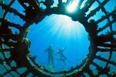 Madre con la nadada del niño subacuática con la diversión en el mar Foto de archivo libre de regalías