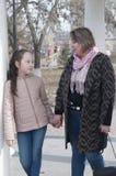 Madre con la passeggiata della figlia nel parco Fotografie Stock
