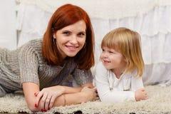 Madre con la pequeña hija Imagen de archivo libre de regalías
